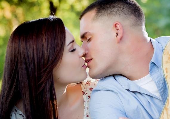 Az egyik leggyakoribb képtípus a csókos fotó, ami azt jelenti, hogy valóban odavagytok egymásért, és ezt a világgal is tudatni akarjátok - főleg, ha meg is osztjátok a fényképet.