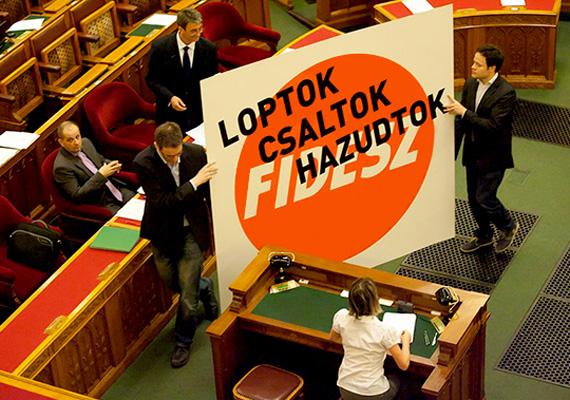 Az átláthatósági korlátozás áprilisi megszavazásával a mindenkit megillető információszabadság joga sérül, legalábbis civil szervezetek, az ellenzék és újságírók szerint. A módosítás értelmében a közpénzek felhasználásáról szóló adatokhoz csak a Kormányzati Ellenőrzési Hivatal és az Állami Számvevőszék férhet hozzá.