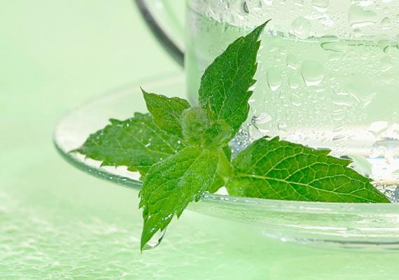 A borsmentából készült tea salaktalanít, oldja a görcsöket, miközben az epeműködést is serkenti. Remek ital, ha túletted magad.