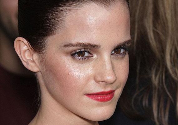 Hűvös nyugalom Emma Watson arcán.