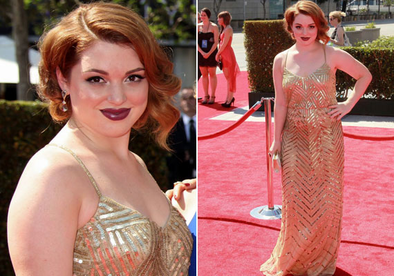 Jennifer Stone arany ruháját a burgundi rúzs tette még elegánsabbá.