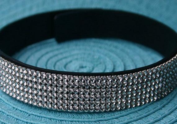 Bőr nyakpánt Swaroski kristályokkal a Strasszkirálytól, 11 900 forint.