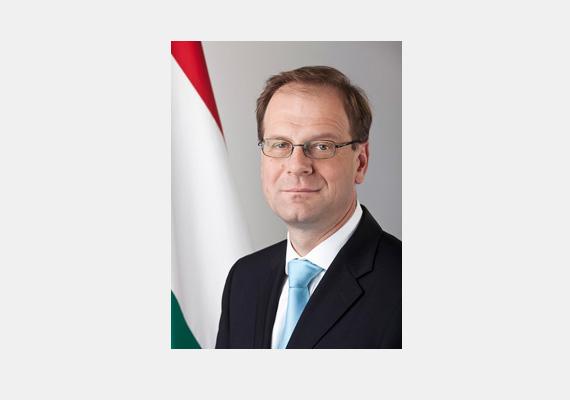 A igazságügy-miniszter, Navracsics Tibor az idei évben eddig összesen 35 napot töltött a munkahelyétől távol, ami nagyjából 3 millióba fájt az államnak.