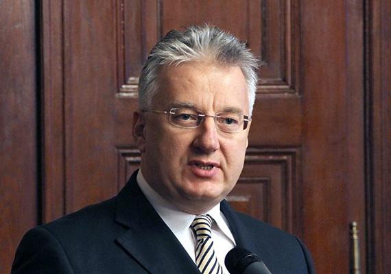 Semjén Zsolt miniszterelnök-helyettes útjai közel 6 millió forintba kerültek 2013 első felében, és 20 napot töltött eddig utazásokkal.