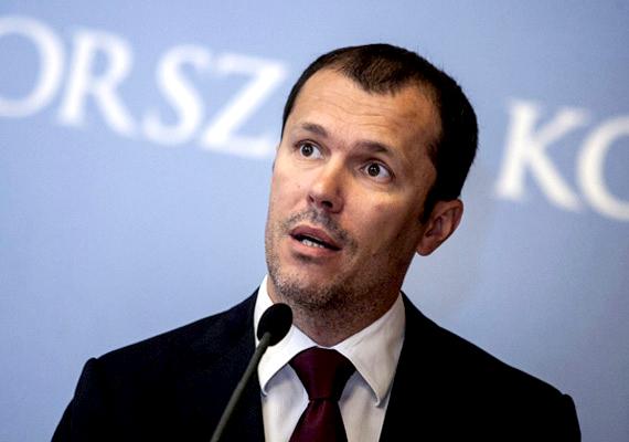 A kormányszóvivői feladatok ellátásáért felelős Giró-Szász András havi díja 997 ezer 200 forint, ami mellé mobiltelefont, internethasználatot és sofőr nélküli gépkocsit kap a kormánytól.