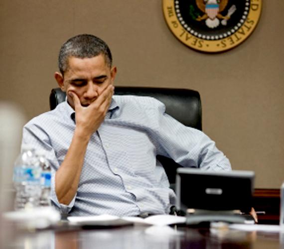 2011 márciusa, Obama gondterhelten.