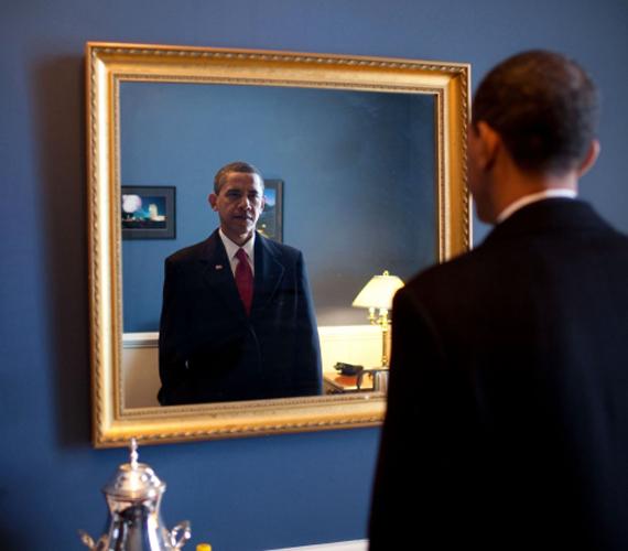 2009. január. Obama megnyerte az elnökválasztást, így ő lett az USA első fekete elnöke. Ez a kép január 20-án készült, közvetlenül az eskütétel előtt.