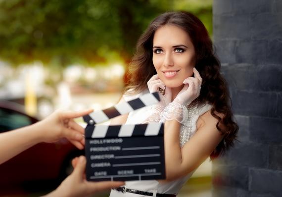 Nagyobb hangvételű filmes és tévés forgatásokon nemcsak az öltöztető és a jelmeztervező foglalkozik a ruhákkal: az első lépés az erre specializálódott divattanácsadók dolga, akik segítenek abban, hogy a szereplők végül produkcióhoz illő kosztümöket kapják.
