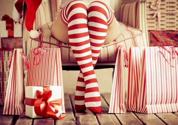A nagyobb divatházak, plázák és áruházak általában alkalmaznak valakit, aki kizárólag a karácsonyi kollekcióért felel, és egész évben ezen munkálkodik. Az ő dolga megálmodni az ünnepi termékeket és a dizájnt, sőt, sokszor a kirakatokat is.