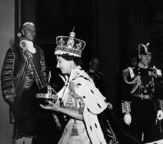 Miután túl volt a nehezén, az újdonsült királynő megkönnyebbült mosollyal vonult kifelé, fején a koronával, kezében a koronázási ékszerekkel.