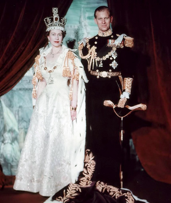 A koronázás idején 27 éves Erzsébet akkor már öt éve Fülöp edinburgh-i herceg felesége volt, és két legnagyobb gyermeke, Károly és Anna négy- és kétévesek voltak.