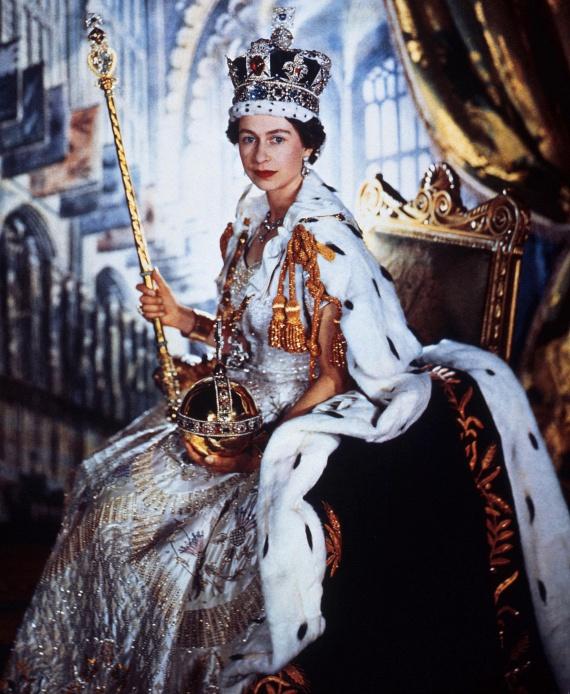 A kötelezettségek azonban ezzel nem értek véget, Erzsébetre a ceremónia után még várt egy fotózás, melynek ez a legendás kép lett az egyik eredménye.