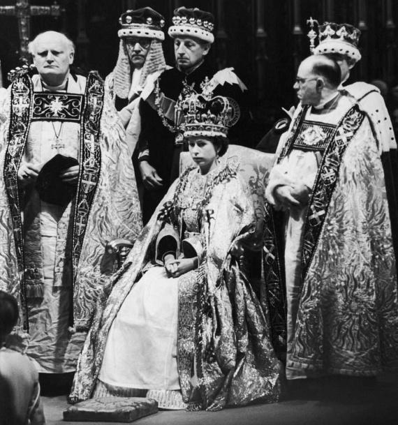 II. Erzsébet ilyen megszeppent, rezzenéstelen arccal csinálta végig a közel másfél órás koronázási szertartást. A ceremóniáról készült teljes videofelvételt ezen a linken nézheted meg, a koronázás pillanatáról pedig ide kattintva találsz egy rövid részletet.