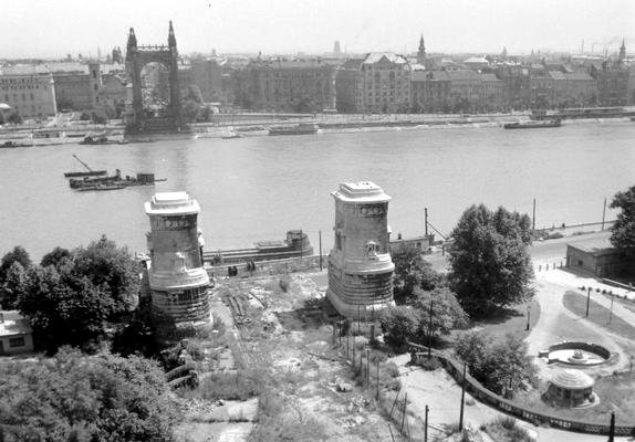Egyedül a budai hídfő déli lánckamrája robbant fel, így az teljesen a Dunába veszett. A pesti oldalon ugyan megsérült a lánc, de a hídfő nem omlott le.