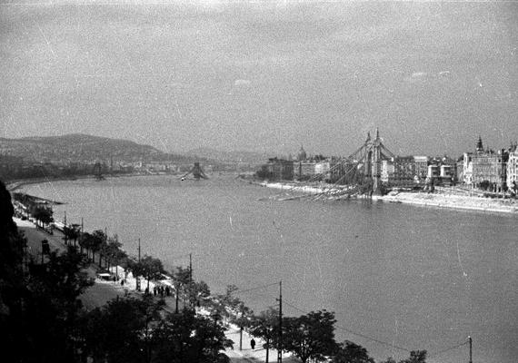 1945. Budapest,a lerombolt Erzsébet híd, mögötte a felrobbantott Lánchíd a Gellérthegyről nézve.