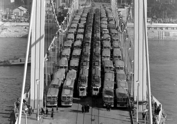 1964-benterheléspróbát végeztek a kész Erzsébet-hídon.