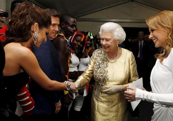 Cheryl Cole szintén az ünnepi rendezvényt követően fogott kezet II. Erzsébettel.