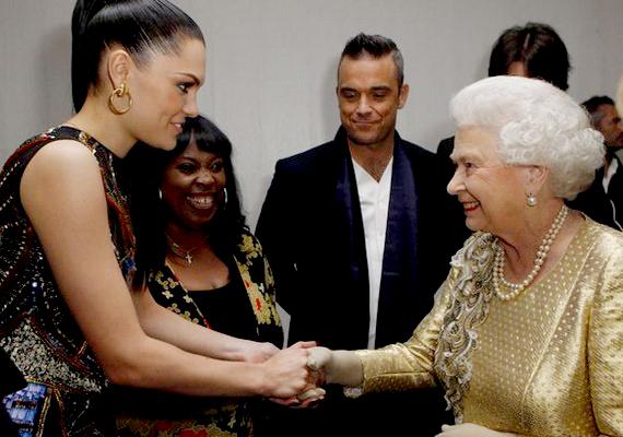 A királynő 60 éves uralkodását ünneplő ceremónia után belátogatott a színfalak mögé, hogy köszöntse az előadókat, és Jessie J is itt találkozhatott vele.