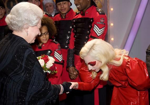 Lady Gaga 2009 decemberében találkozott a brit királynővel, és meg is hajolt előtte.