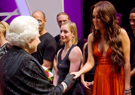 Miley Cyrus ugyanekkor foghatott kezet őfelségével, és sokáig szóbeszéd tárgyát képezte, hogy az énekesnő ruhája talán nem volt alkalomhoz illő.