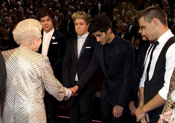 A rendezvényen a One Direction tagjai is kezet foghattak az uralkodónővel.