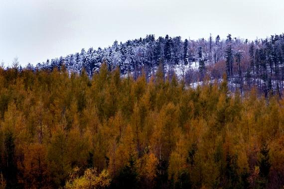 A hegyekben már tegnap is esett: a képen a Kőszegi-hegység behavazott dombjai láthatók, Velem közelében.