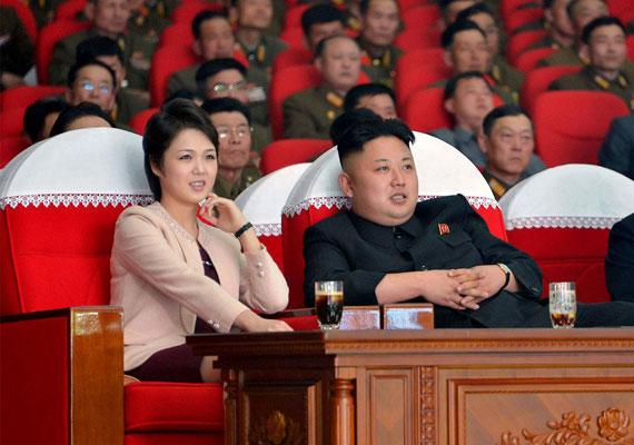 A brit Mirror az észak-koreai diktátor súlyát elemezve arra jutott, borzasztóan meghízott Kim Dzsongun. A lap szerint a vezér még svájci diákévei alatt kapott rá az ementáli sajtra, amit azóta csempésznek be neki az embargókkal sújtott országba. Mostanában egészségügyi problémája lehet, mert egy fontos pártrendezvényt kihagyott az utóbbi időben, és sántikál is.