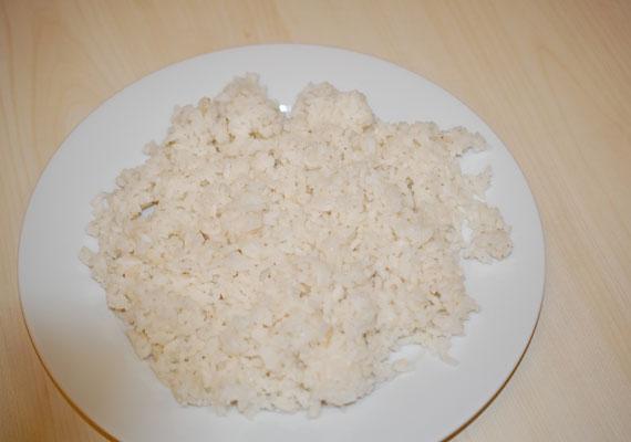 A napi egy főre jutó rizsadag mindössze 250 gramm egy észak-koreai lakos számára. Mivel ezen kívül sok más táplálékhoz nem jutnak hozzá, rengetegen éheznek az országban. Nagyjából ennyi, azaz egy tányér rizst ehet meg naponta egy fő.