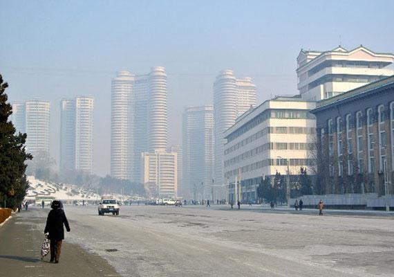 A főváros, Phenjan széles utcáin autót nagyon ritkán látni.