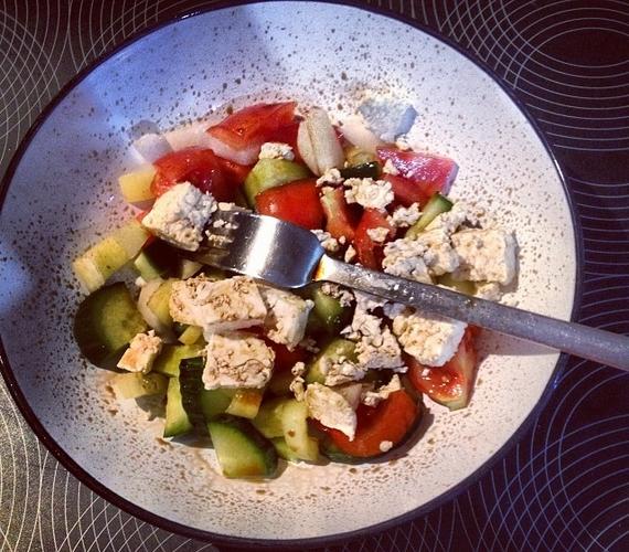 A Dalból is ismert Bogi alakja irigylésre méltó, de ez nem csoda, hiszen egészségesen étkezik - nemrég egy görögsalátáról osztott meg fotót.