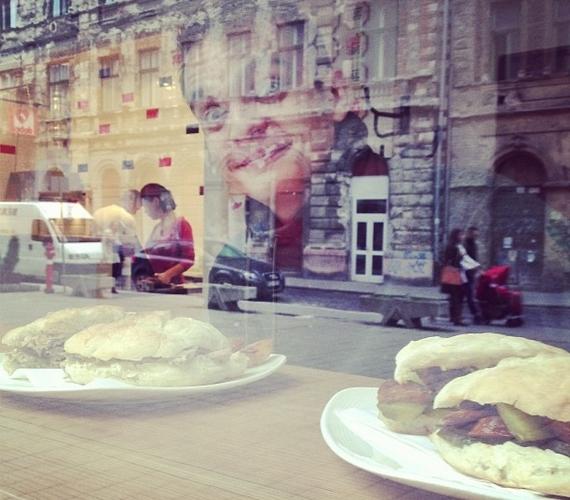Puskás Peti - ahogyan ő írta - a város legjobb szendvicseivel pózolt.