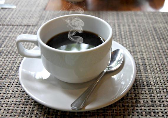 A forró csokit, kávét nem illik úgy hűteni, hogy megfújod. Kevergesd a kanaladdal, de ne csapj zajt vele.