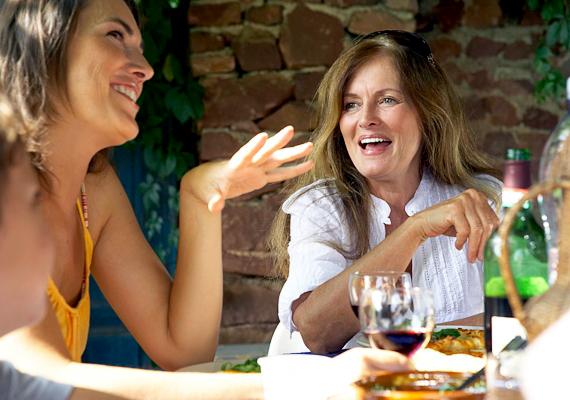 Soha ne könyökölj az asztalra! Sem étkezés közben, sem utána, a beszélgetés alatt nem illik így támaszkodni, ha társaságban vagy.