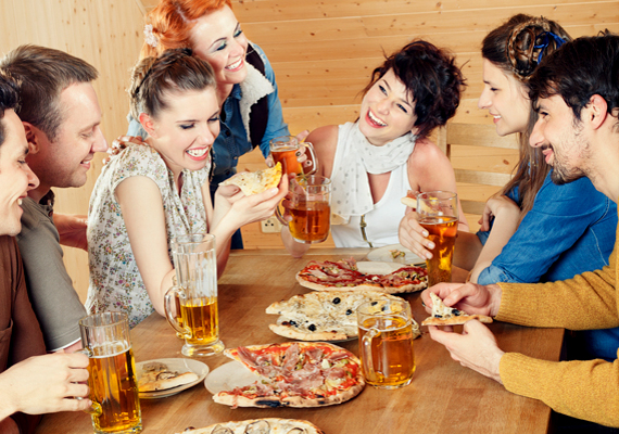 Amikor leülsz, ügyelj, hogy megfelelő távolságban helyezkedj el az asztaltól. Ne kelljen nyújtózkodnod a tányérért, de ne is érjen hozzá a hasad az asztal széléhez.
