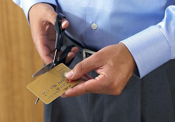Nem használod többé a hitelkártyádat? Ha bevonatod, a legtöbb bank el is kéri, de ha mégsem tennék, te magad tedd használhatatlanná a plasztiklapot.