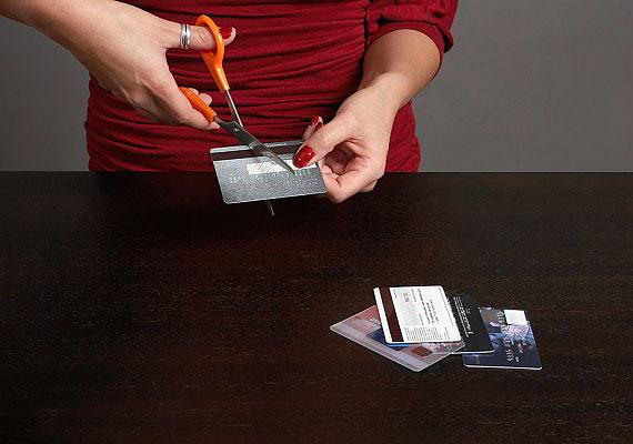 Ha a bankkártyád lejárt, vagy valami miatt másikat igényeltél, esetleg bankot váltasz, semmiképpen se őrizd meg a régi lapot: vágd legalább két darabba.