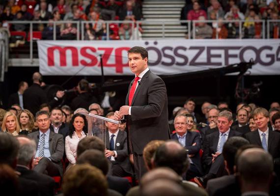 Az MSZP január 25-én tartotta meg évértékelő gyűlését, éppen miután a gyűlés megválasztotta Mesterházy Attilát miniszterelnök-jelöltnek. A szocialisták beszéde is arról szólt, hogy képesek elzavarni Orbán Viktort, illetve véget vetni a szabadrablásnak. Mesterházy elmondta, hogy ha ő lesz a következő kormányfő, egy év múlva leszámol a gyermekéhezéssel, és kikérik a nép véleményét a Paksi Atomerőmű bővítése ügyében.