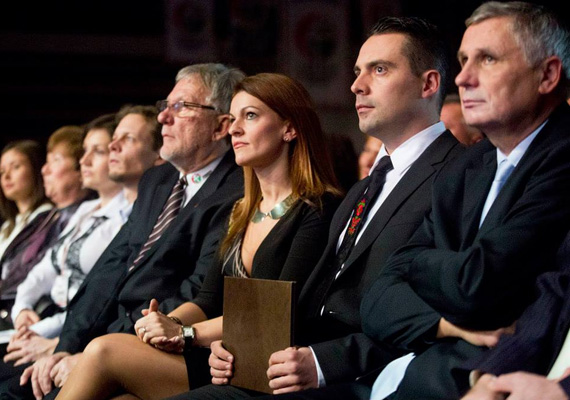 Vona Gábor és a Jobbik még január közepén tartotta évértékelő beszédét. Vona szerint az ország gyarmatosítása és butítása zajlik a jelenlegi kormányzás alatt. A Jobbik pedig olyan országot szeretne, ahol az embereknek van hazájuk, megélhetésük és becsületük. Vona beszédén kívül a rendezvényen volt ősi dobolás, labdazsonglőrködés, operett, szavalás és még néptánc is.
