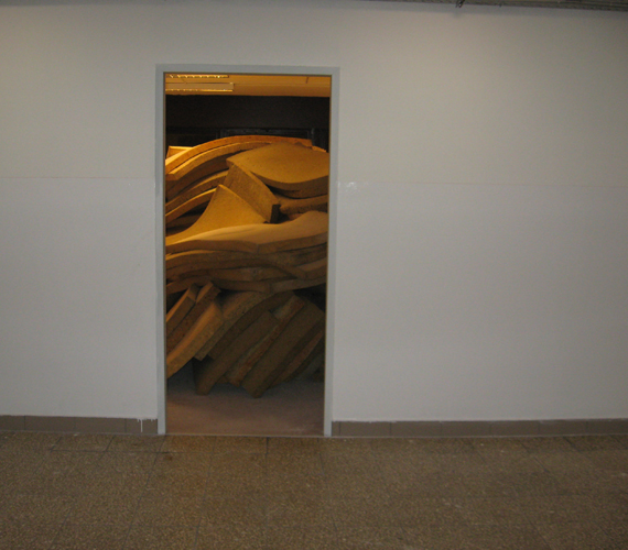3 emeleten 150 férőhely. A matracok egy része még elhelyezésre vár.