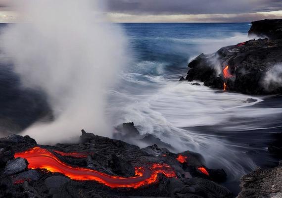 Kawika Singson fényképész megörökítette, ahogy Hawaiion egy vulkánkitörés után az izzó láva a tengerbe csorog. A fenti kép készültekor a terepen kigyulladt a fotós állványa, valamint a cipője és a nadrágja is, de ő a veszélyre fittyet hányva dolgozott tovább, amíg meg nem lett a tökéletes felvétel.
