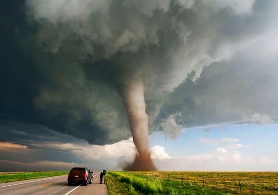 Brandon Goforth természetfotós szeret a viharok nyomába eredni társaival, és veszélyes közelségből fotózni például a tornádókat, árhullámokat és más időjárási jelenségeket.