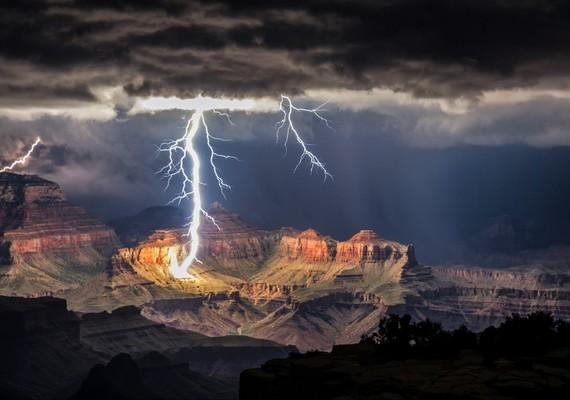 Egy igazán izmos villámot örökített meg a Grand Canyonban Rolf Maeder, aki mindvégig a nyílt terepen tartózkodott egy hatalmas vihar során, ilyen pillanat után kutatva.