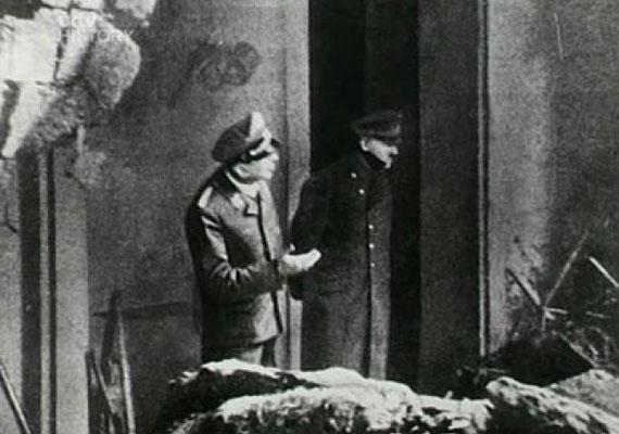 A Hitlerről készült utolsó ismert képen a Führer berlini bunkere előtt áll, és a bombázás okozta károkat szemléli. Két nappal később öngyilkos lett.