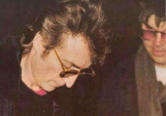 John Lennon utolsó, életében készült felvételét egy amatőr fotósnak, Paul Goreshnek köszönhetjük. Lennon éppen autogramot ad Mark Chapmannak, a férfinak, aki néhány óra múlva lelövi.
