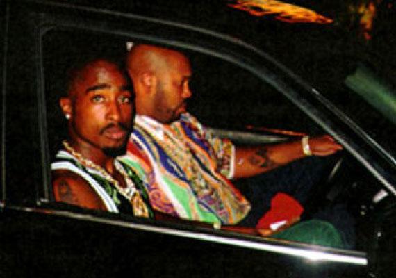 A népszerű rapper, Tupac éppen Mike Tyson meccséről távozik. A képet egy paparazzo készítette, a zenészt nem sokkal később megtámadták és lelőtték.