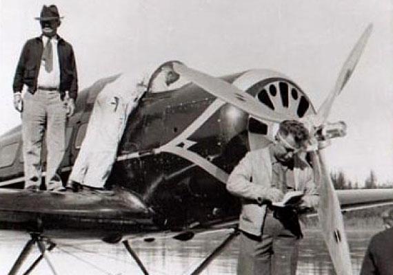 Wiley Post, az első ember, aki egyedül kerülte meg a Földet, és barátja, Will Rogers komikus, felszállás előtt, 1935. augusztus 15-én. Repülés közben a gép motorja meghibásodott, és mindkét férfi életét vesztette.