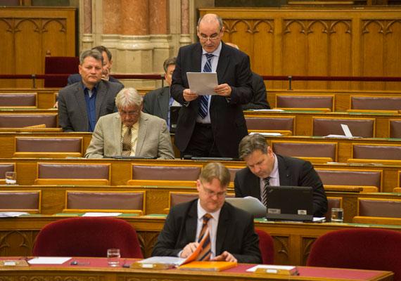 Ismerős jelenség, amikor hétvégi házzal rendelkező emberek a kor előrehaladtával már szívesebben töltik idejüket egy csendes faluban, mint a nyüzsgő nagyvárosban. Azonban amíg nem nyugdíjas az ember, ez kényelmetlen lehet az ingázás miatt. Ha a magyar miniszterelnök elérkezettnek látja az időt arra, hogy felcsúti házába költözzön, kényelmesebb lenne a parlamentet is odaköltöztetni, vagy meghallva a modern idők szavát, bevezetni a távmunkát a kormánynál és az országgyűlésnél. Úgysem szeretnek bejárni a képviselők.