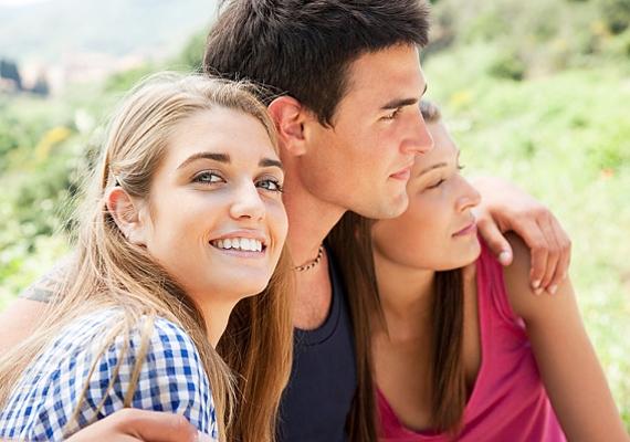 A baráti társasága természetesen mindenkinek fontos, de ha a srác hölgykoszorú kíséretében szerepel a legtöbb képén, akkor valószínűleg nem éppen komoly kapcsolatra vágyik.