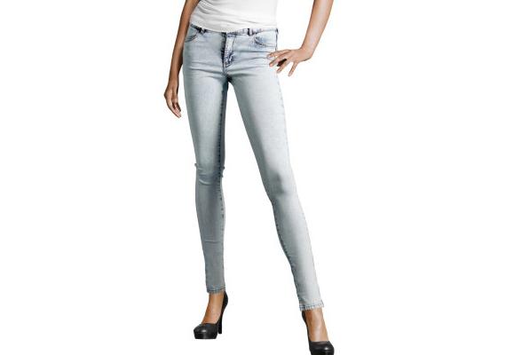 Az egyenes vonalú farmernadrág jó választás, ha a csípődet szeretnéd egy kicsit keskenyebbnek láttatni. H&M, 5990 forint.