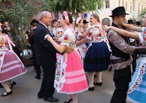 25. Kalocsai Paprikanap. A miniszter úr annyira megörült annak, hogy hosszú évek után megállt a paprika termőterületének csökkenése, hogy egyből táncra perdült.